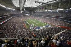 <p>Fans wait for the start of Super Bowl XLII between the New England Patriots and the New York Giants in Glendale, Arizona, February 3, 2008. REUTERS/Rick Wilking</p>