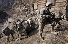 """<p>Американские военнослужащие забираются на вершину холма во время патрулирования местности на востоке Афганистана 21 января 2009 года. Президент РФ Дмитрий Медведев пожелал новой администрации США """"успешнее"""" решать афганский кризис и выразил готовность сотрудничать в этом вопросе с Вашингтоном. REUTERS/Bob Strong</p>"""