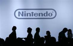 <p>Les principaux groupes japonais d'électronique, comme Sony et Canon, devraient annoncer au cours des prochains jours de fortes baisses de leurs bénéfices, conséquence de la récession mondiale et de l'appréciation continue du yen ; mais dans ce paysage morose, Nintendo devrait faire figure d'exception, grâce au succès non démenti de ses consoles de jeu vidéo Wii et DS. /Photo d'archives/REUTERS/Yuriko Nakao</p>