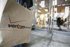 <p>Le bénéfice trimestriel de Verizon Communications a augmenté au quatrième trimestre mais la croissance de sa téléphonie mobile a ralenti et la téléphonie fixe continue de perdre des lignes, l'une des conséquences de la récession. /Photo prise le 21 novembre 2008/REUTERS/Brendan McDermid</p>