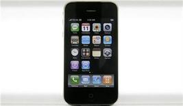 <p>Foto de archivo de un iPhone 3g de Apple en exhibición en Ciudad de México, 11 jul 2008. Chile realizará en abril un concurso público de espectro radioeléctrico para servicios de tercera generación móvil (3G), que podría dar pie al ingreso de un nuevo operador, que se sumaría a los tres ya existentes en uno de los mercados más competitivos de la región. REUTERS/Daniel Aguilar (MEXICO)</p>