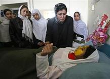 <p>Shamsia, 17, victim of an acid attack by the Taliban, is visited by her friends at a hospital in Kabul in this November 15, 2008 file photo. REUTERS/Omar Sobhani/Files</p>