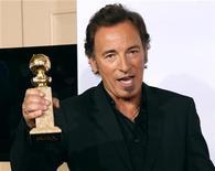 """<p>Il cantante Bruce Springsteen ritira il suo Golden Globe per la colonna sonora del film """"The Wrestler"""". REUTERS/Lucy Nicholson (UNITED STATES)</p>"""