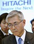 <p>El presidente ejecutivo de Hitachi Ltd, Kazuo Furukawa, luego de una conferencia de prensa en Tokio, 30 ene 2009. El mayor grupo japonés de electrónica, Hitachi Ltd, advirtió de una pérdida anual récord de 7.800 millones de dólares afectada por un desplome de sus ventas y la apreciación del yen, al tiempo que anunció una reestructuración de sus operaciones para reducir costos. REUTERS/Kyodo</p>