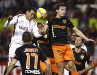 <p>Jogador Luis Fabiano, do Sevilla, durante jogada no jogo contra o Valencia, pela Copa do Rei espanhola, na quinta-feira. REUTERS/Marcelo del Pozo (SPAIN)</p>