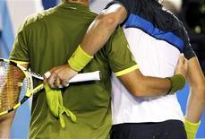 <p>Espanhóis Nadal e Verdasco deixam a quadra após semifinal do Aberto da Austrália, em Melbourne, nesta sexta-feira. REUTERS/Darren Whiteside</p>