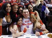 """<p>El campeón del Wing Bowl, John """"Super Squibb"""" Squibb, celebra tras su triunfo en Filadelfia, EEUU, 30 ene 2009. A las 5 de la mañana de una gélida mañana de enero, más de 15.000 habitantes de Filadelfia se congregaron el viernes en el estadio deportivo para asistir al festival anual de la glotonería de la ciudad. REUTERS/Tim Shaffer</p>"""