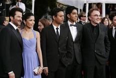"""<p>A destra il regista del film """"Il milionario"""" Danny Boyle, con accanto gli attori del cast: da sinistra Anil Kapoor, Freida Pinto, Irrfan Khan e Dev Patel, alla 15esima edizione dello Screen Actors Guild Awards a Los Angeles. REUTERS/Danny Moloshok .</p>"""
