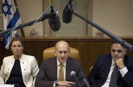 Israel's Prime Minister Ehud Olmert, Foreign Minister Tzipi Livni and Cabinet Secretary Oved Yehezkel attend the weekly cabinet meeting in Jerusalem, February 1, 2009. REUTERS/Sebastian Scheiner/Pool