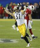 <p>James Farrior comemora a vitória do Pittsburgh Steelers sobre o Cardinals REUTERS/Brian Snyder (UNITED STATES)</p>