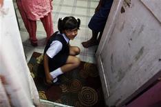 """<p>Rubina Ali, que atuou em """"Milionário"""", voltando da escola para sua casa na periferia de Mumbai. Atriz mirim de """"Milionário"""" sonha virar estrela de Bollywood. REUTERS/Arko Datta</p>"""