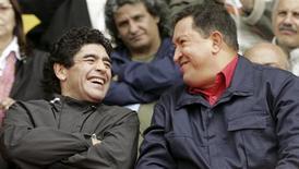 <p>Maradona ao lado de Hugo Chávez, presidente da Venezuela REUTERS/Andres Stapff/Files (ARGENTINA)</p>