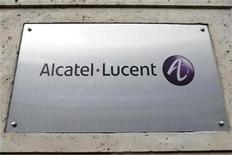 <p>El logo de Alcatel-Lucent junto a la entrada de su sede en París, 12 dic 2008. El fabricante francés de equipos de telecomunicaciones Alcatel-Lucent informó el martes ganancias y ventas del cuarto trimestre que superaron las expectativas, lo que impulsó a sus acciones, pese a que depreció activos obsoletos por 3.910 millones de euros (5.000 millones de dólares). REUTERS/Charles Platiau</p>