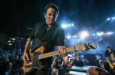 Musician Bruce Springsteen performs during halftime for the NFL's Super Bowl XLIII between the Arizona Cardinals and Pittsburgh Steelers in Tampa, Florida February 1, 2009. REUTERS/Jeff Haynes