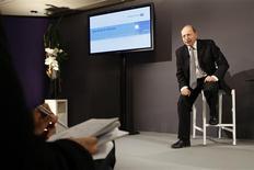 <p>Dans un entretien publié dans le Figaro, le directeur général d'Alcatel-Lucent Ben Verwaayen déclare que le groupe dégagera un bénéfice net durant 2010. Le groupe a annoncé mercredi une perte nette de 5,2 milliards d'euros en 2008. /Photo prise le 4 février 2009/REUTERS/Benoît Tessier</p>