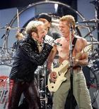 <p>Foto de archivo de David Lee Roth (izquierda) junto a Eddie Van Halen de Van Halen durante su presentanción en Tiger Jam XI en Las Vegas, EEUU, 19 abr 2008. El guitarrista Eddie Van Halen todavía se divierte con el cantante David Lee Roth. Después de más de seis meses desde que los músicos se embarcaran en una exitosa gira de reunión al frente de su alicaída banda de rock, Van Halen, es posible esperar más música y nuevas giras. REUTERS/Mario Anzuoni</p>