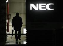 <p>NEC annonce qu'il pourrait se désengager d'un segment des PC déficitaire en Europe, en Afrique et au Proche-Orient dans un contexte de chute de la demande et de concurrence effrénée. /Photo prise le 30 janvier 2009/ REUTERS/Toru Hanai</p>
