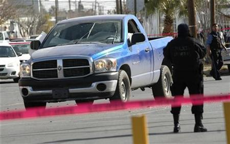A state policeman at a crime scene where two police agents were gunned down inside their truck in the border city of Ciudad Juarez, January 20, 2009. REUTERS/Alejandro Bringas