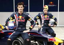 <p>Pilotos da Red Bull Mark Webber, da Austrália, e Sebastian Vettel, da Alemanha, posam ao lado do novo carro de F1 da Red Bull. REUTERS/Marcelo del Pozo</p>