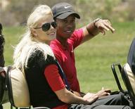 <p>Foto de archivo de Tiger Woods y su esposa durante el Abierto de EEUU en Torrey Pines, 16 jun 2008. La esposa del golfista estadounidense Tiger Woods, Elin, dio a luz al segundo hijo de la pareja, dijo el lunes el número uno del ranking mundial. REUTERS/Robert Galbraith</p>