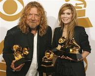 <p>Robert Plant y Alison Krauss posan junto a sus premios Grammy en Los Angeles, 8 feb 2009. Más de 19 millones de estadounidenses vieron el domingo una mezcla de estrellas veteranas como Paul McCartney presentarse junto a jóvenes como Taylor Swift durante la entrega de los premios Grammy. REUTERS/Mario Anzuoni</p>