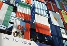 <p>Флаги стран ЕС у штаб-квартиры Европейского Совета в Брюсселе 18 июня 2008 года. Председательствующая в ЕС Чехия призвала лидеров стран Европы срочно собраться для обсуждения путей выхода из кризиса в свете роста протекционизма. REUTERS/Yves Herman</p>