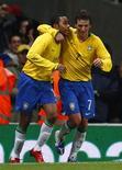 <p>Robinho e Elano comemoram gol do primeiro em amistoso contra Itália, em Londres, nesta terça-feira. REUTERS/ Eddie Keogh</p>