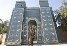 <p>Iraqi soldiers walk past a replica of the Ishtar Gate of Ancient Babylon, 135 km (85 miles) south of Baghdad, January 13, 2009. REUTERS/Atef Hassan</p>