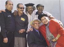 """<p>Una immagine d'archivio dei membri del Buena Vista Social Club. Orlando """"Cachaito"""" Lopez è il primo a sinistra in piedi. REUTERS/Henry Romero/File HR/HK</p>"""
