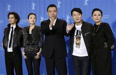 """<p>Los actores Ando Masanobu, Zhang Ziyi, el director Chen Kaige, Leon Lai y Chen Hong posan durante una sesión para el filme """"Forever Enthralled"""" en el festival de cine de Berlín, 10 feb 2009. El director chino Chen Kaige rinde un homenaje al poder de una """"persona corriente"""" en su reciente trabajo, un filme sobre un cantante travestido de voz aguda que se convirtió en un héroe en China al desafiar a los japoneses durante la Segunda Guerra Mundial. REUTERS/Fabrizio Bensch</p>"""