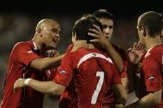 <p>Jogadores chilenos comemoram o segundo gol da vitória de 2 x 0 sobre a África do Sul, em jogo amistoso fora de casa nesta quarta-feira. REUTERS/Siphiwe Sibeko (SOUTH AFRICA)</p>
