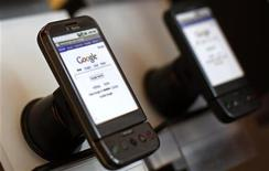 <p>Immagine d'archivio di telefonini Google T-Mobile G1. REUTERS/Mike Segar (UNITED STATES)</p>