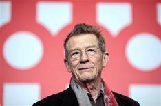 """<p>El actor John Hurt posa para promocionar el filme """"An Englishman In New York"""" en el festival de cine de Berlín, 11 feb 2009. El escritor, crítico y exuberante actor británico Quentin Crisp, cuya manera desvergonzada de vivir su homosexualidad en una época en que era ilegal lo transformó en un ícono gay, es nuevamente el centro de atención con un nuevo filme. REUTERS/Johannes Eisele</p>"""