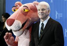 """<p>El actor Steve Martin posa con una pantera rosa para promocionar el filme """"Pink Panther 2"""" en el festival de cine de Berlín, 13 feb 2009. Los fracasos más que los descubrimientos han permanecido en la memoria de los asistentes del festival de cine de Berlín, donde los críticos de cine quedaron abrumados por la falta de calidad entre los filmes de la principal competencia. Mientras el evento anual de 11 días del cine internacional se acerca a su fin con la ceremonia de cierre el sábado, existen apenas cuatro o cinco filmes de un total de 19 considerados como aspirantes al premio de Mejor Película. REUTERS/Fabrizio Bench</p>"""