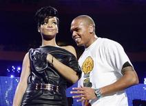 """<p>Foto de archivo de los músicos Chris Brown y Rihanna en la presentación del Z100 Jingle Ball en Nueva York el 13 de diciembre del 2008. El cantante de R&B Chris Brown, quien fue arrestado el fin de semana pasado bajo la sospecha de haber atacado a una mujer que se cree habría sido la estrella del pop Rihanna, dijo el domingo que se sentía """"arrepentido y triste"""" por el incidente. REUTERS/Lucas Jackson (UNITED STATES)</p>"""