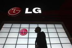 <p>LG Electronics, numéro trois mondial de la fabrication de téléphones mobiles, veut faire passer sa part de marché mondiale à au moins 10% et entend doper la vente de combinés bon marché. /Photo d'archives/REUTERS/Steve Marcus</p>