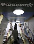 """<p>Panasonic et NEC vont dévoiler lundi neuf nouveaux téléphones portables fonctionnant avec le système d'exploitation """"open source"""" LiMo. /Photo d'archives/REUTERS/Issei Kato</p>"""