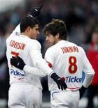 <p>Meia-campista do Lyon, o brasileiro Éderson, celebra com Juninho o primeiro gol na vitória de 3 x 1 sobre o Le Havre, pelo campeonato francês, no domingo. REUTERS/Robert Pratta (FRANCE)</p>