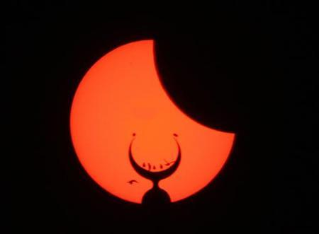 A partial solar eclipse is seen through a crescent of a Mosque in Islamabad March 29, 2006. REUTERS/Mian Khursheed