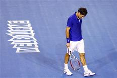 <p>Tenista suíço Roger Federer durante final do Aberto da Austrália em que foi derrotado pelo espanhol Rafael Nadal. Federer anunciou que, por lesão, não disputará a Copa Davis e Dubai. REUTERS/Mick Tsikas (AUSTRALIA)</p>