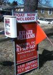 <p>Un annuncio immobiliare negli Usa in cui si offre in vendita una casa, con una barca in omaggio. REUTERS/Carey Gillam (UNITED STATES)</p>