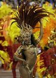 <p>Foto de archivo de la reina de los tambores de la escuela de samba Beija-Flor, Raissa de Oliveira, bailando en el Sambódromo de Río de Janeiro, Brasil, 5 feb 2008. Si Alexandre Louzada exhibe un poco de arrogancia cuando describe a su amada escuela de samba Beija-Flor (colibrí, en portugués), nadie puede decir que carece de fundamento. REUTERS/Sergio Moraes/File</p>