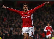 <p>Atacante Eduardo, do Arsenal, celebra um de seus gols em jogo contra o Cardiff City, na vitória por 4 x 0. Eduardo ficará afastado por duas semanas após contusão muscular. REUTERS/Eddie Keogh (BRITAIN)</p>