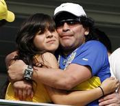 """<p>Maradona abraça a filha Giannina, que deu à luz um menino nesta quinta-feira. A criança é fruto de sua relação com o jogador do Atlético de Madri Sergio """"Kun"""" Aguero. REUTERS/Enrique Marcarian</p>"""