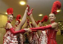 <p>Dançarinas do Moulin Rouge posam para fotos durante evento em hotel do Rio de Janeiro. Elas desfilarão pela escola Grande Rio no Carnaval do Rio. REUTERS/Sergio Moraes</p>
