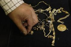 <p>A pawn shop worker sorts through gold jewellery at the Super Efectivo pawn shop in downtown Madrid October 8, 2008. REUTERS/Susana Vera</p>