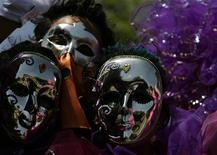 <p>Revellers perform during a parade of Barranquilla's carnival in Barranquilla February 21, 2009. REUTERS/JohnVizcaino</p>