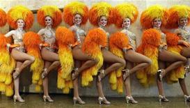 """<p>Танцовщицы кабаре """"Мулен Руж"""" в Рио-де-Жанейро 20 февраля 2009 года. Мэр Рио-де-Жанейро в пятницу вручил ключи от города королю Момо, также известному как """"Князь беспорядка"""", и ежегодный бразильский карнавал начался. REUTERS/Sergio Moraes (BRAZIL)</p>"""