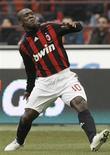 <p>Clarence Seedorf celebra o único gol do jogo, na vitória do Milan sobre o Cagliari pelo Campeonato Italiano neste domingo. REUTERS/Alessandro Garofalo (ITALY)</p>