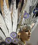 """<p>Representante de la escuela de samba Tucuruvi desfila durante el carnaval en Sao Paulo. Con numerosos bailes callejeros que arrastran alegres multitudes y deslumbrantes concursos de """"escolas de samba"""", el famoso Carnaval de Brasil entró el domingo en su apogeo. 22 feb, 2009. REUTERS/Paulo Whitaker (BRASIL)</p>"""